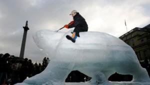 Le sculpteur sur glace Mark Coreth à Trafalgar Square à Londres, en 2009.