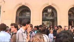Plusieurs dizaines d'étudiants se sont rassemblés pour rendre hommage à Clément Méric, le 6 juin 2013.