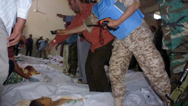 Syrie : observateurs de l'Onu sur les lieux du massacre de Houla, 29/5/12 (photographie fournie par l'opposition)