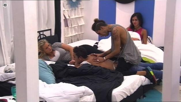 Histoire de décompresser, Vivian se fait masser par Eddy.
