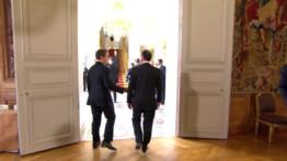 Après l'arrivée de François Hollande à l'Elysée, Nicolas Sarkozy et le nouveau président s'isolent dans le bureau présidentiel.