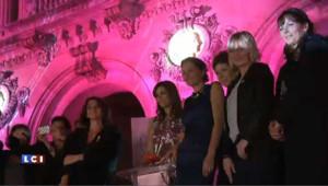 Liz Hurley illumine l'Opéra Garnier de rose contre le cancer du sein