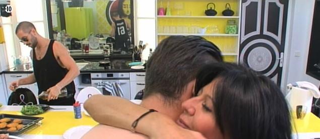 """Après la """"réconciliation"""" de Nathalie et Vivian, Aymeric, ému, prend Mam's dans ses bras."""