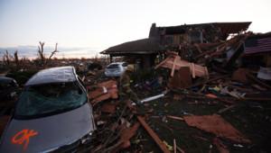 Cinq personnes au moins ont été tuées dimanche dans le centre des Etats-Unis par des tornades .