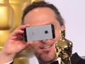 Emmanuel Lubezki avec son smartphone aux Oscars 2015