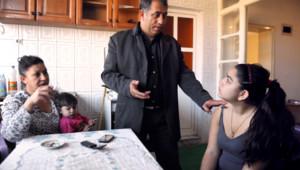 Resat Dibrani (au centre), avec sa femme (à gauche) et sa fille Leonarda (à droite), le 19/10/13, à Mitrovica