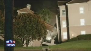 La formation d'un trou de 18m de diamètre a entraîné dans la nuit de dimanche à lundi l'effondrement partiel d'un complexe hôtelier, en Floride.