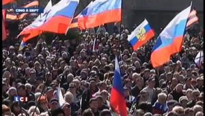 Les drapeaux russes s'installent en Crimée