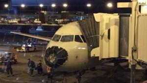 Un avion gravement endommagé après avoir été pris dans une tempête de grêle en plein vol