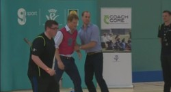 Le Prince William et le Prince Harry disputent un match de foot à Glasgow.