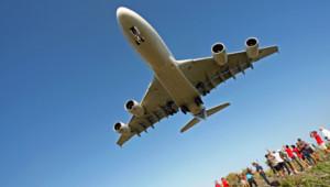 Un avion de ligne survolant l'île de la Réunion en 2009