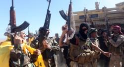 Des soldats irakiens célébrant le départ des jihadistes de l'Etat islamique à Tikrit.